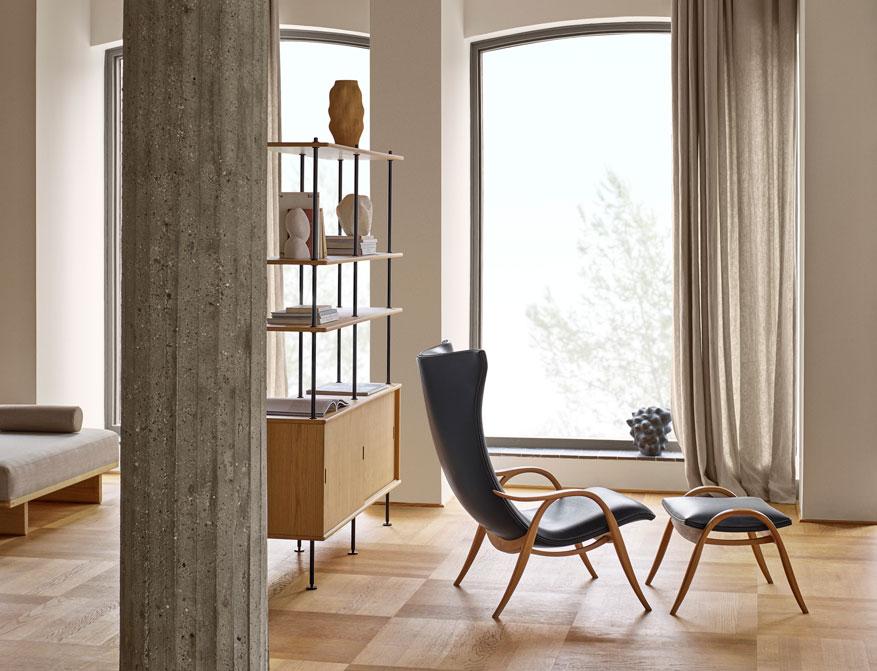 Das Regalsystem BM0253 in Ausführung Eiche von Børge Mogensen mit Signature Chair by Carl Hansen & Søn