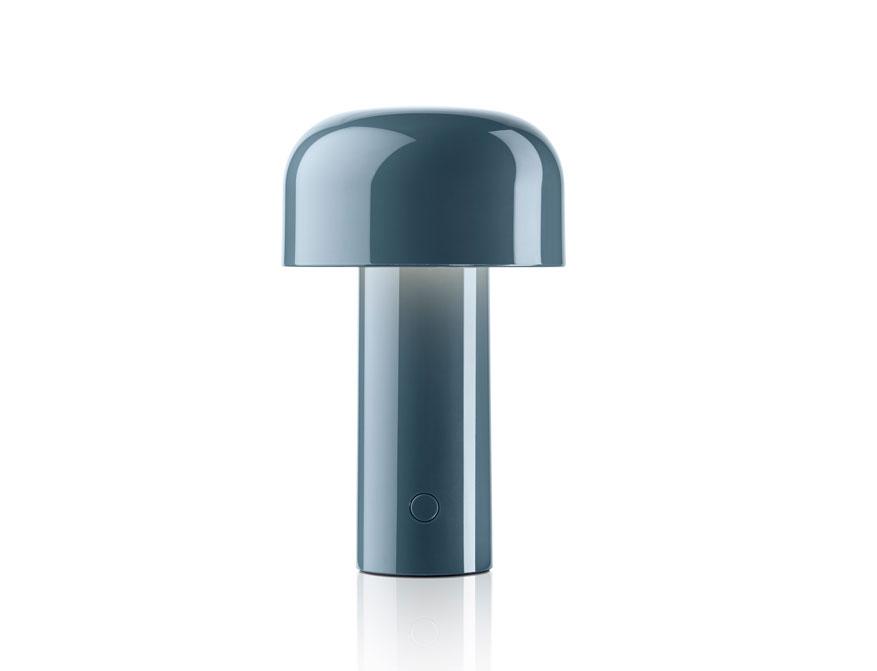 Die portable LED-Tischleuchte Bellhop in Ausführung graublau von Flos