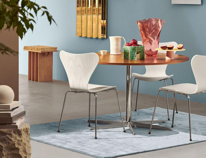 Der Zirkular Table aus der Table Serie von Arne Jacobsen und Piet Hein in Ausführung Furnier Walnuß und Sternfuss by Fritz Hansen