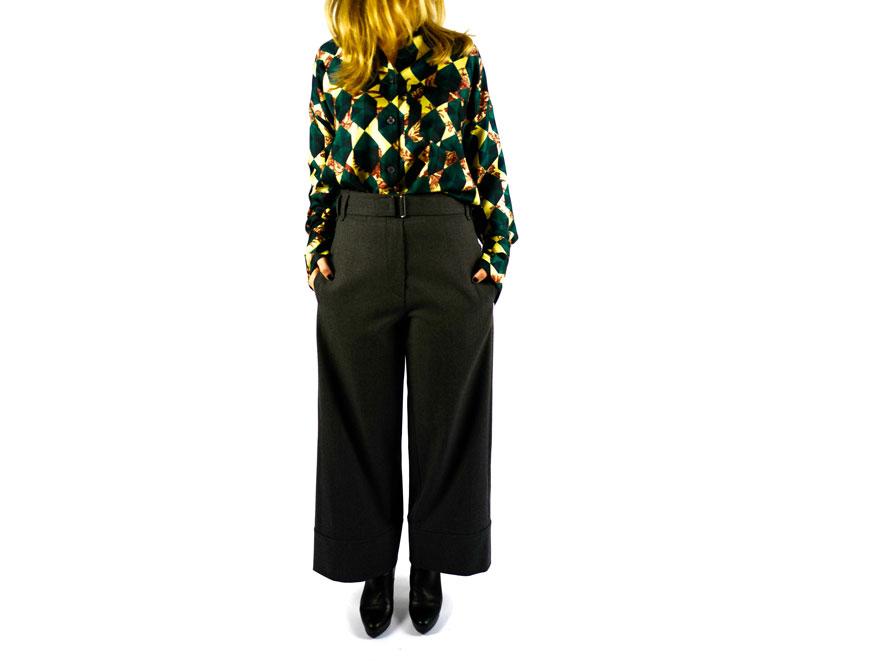 Die graue Hose aus Baumwolle mit der dunkelgrünen Seidenbluse aus der Winterkollektion 2021/2022 von Odeeh